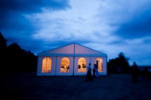 Hyr tält till ert bröllop. Här ett 10x30m.